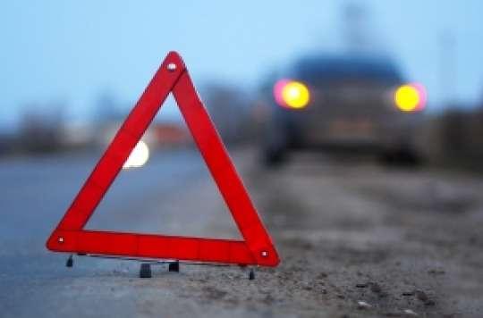 В Азербайджане легковой автомобиль врезался в бетонную преграду, есть погибший