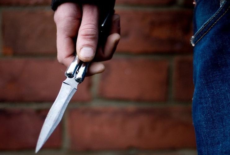В Баку мужчина получил ножевые ранения от знакомого